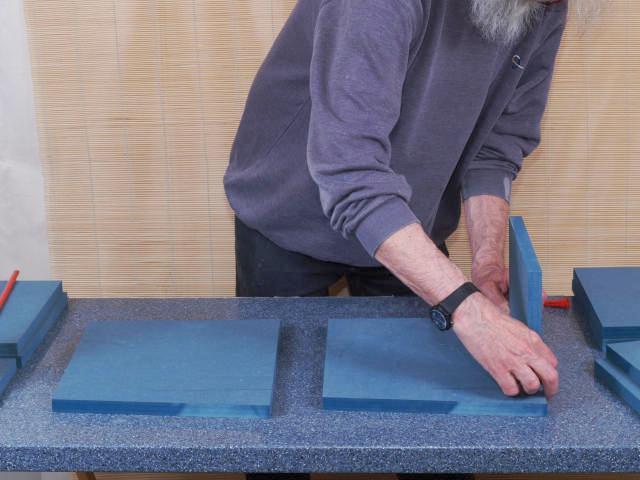 Die Verklebung beginnt mit der Front, die bündig auf die Seite gesetzt wird.