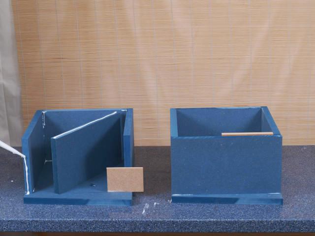 Zwischen Boden und Front befindet sich der Reflexkanal. Ein Brettchen mit 1 cm Breite sorgt für den nötigen Abstand beim Verkleben ...