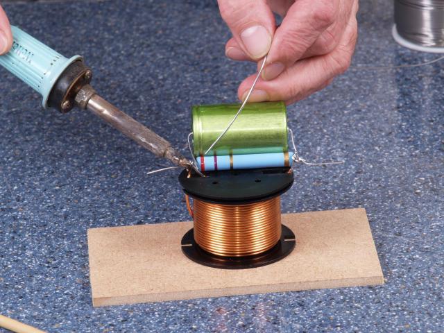 Die Dreibeine werden mit dem Lötkolben erhitzt, so dass das Lötzinn sie mit einem gut verlaufenden Metallmantel umgeben kann