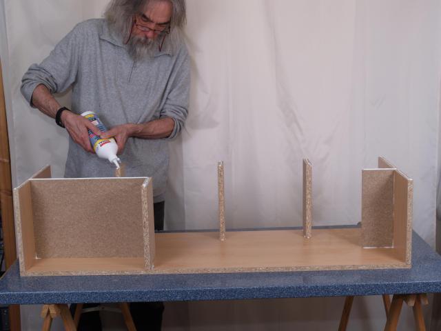 Die Versteifung gibt dem Boden den rechten Winkel. Ausgequollener Leim wird immer sofort mit einem feuchten Schwamm entfernt.