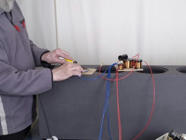 An die Kabel zum Terminal wurden die Lötfähnchen gelötet. Das untergelegte Hilfsbrett verhindert Brandflecke auf dem MDF.