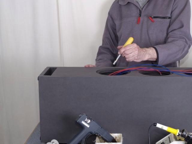Ein Schraubendreher mit Nussbit hilft beim Festschrauben der Lötfahnen auf den Polklemmen.