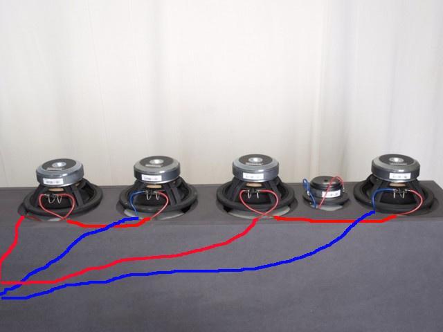 Da die Kabel durch das Baumaterial dem Auge verborgen sind, habe ich die korrekten Chassisverbindungen per Hand auf das Foto gemalt.