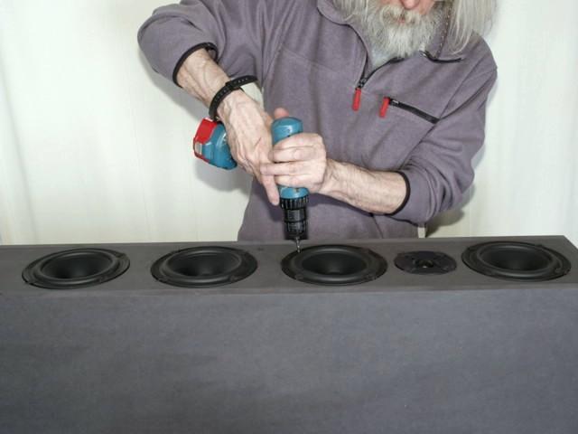 Nach dem Ausrichten der Chassis werden die Schraublöcher vorgebohrt und dann die Lautsprecher angeschraubt.