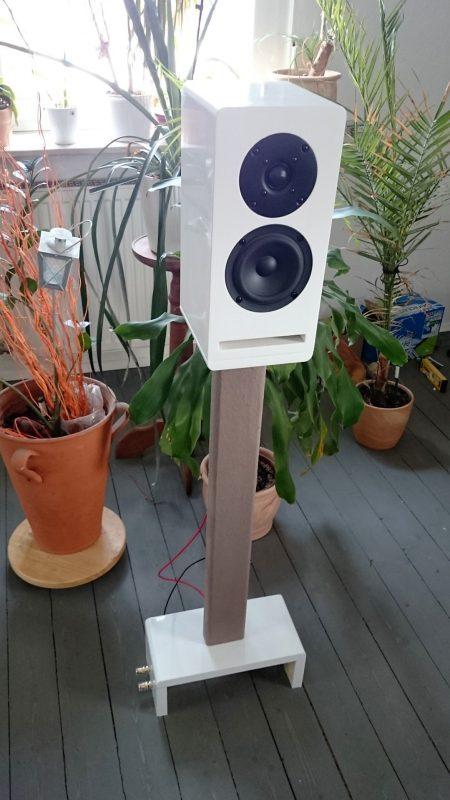 SB12 6L 34 Lautsprecher auf Sockel