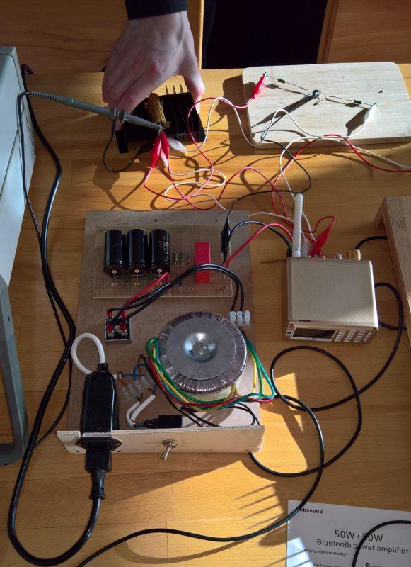 Experiment-Aufbau des linearen Netzteils für Messungen (Foto by Krishkat)